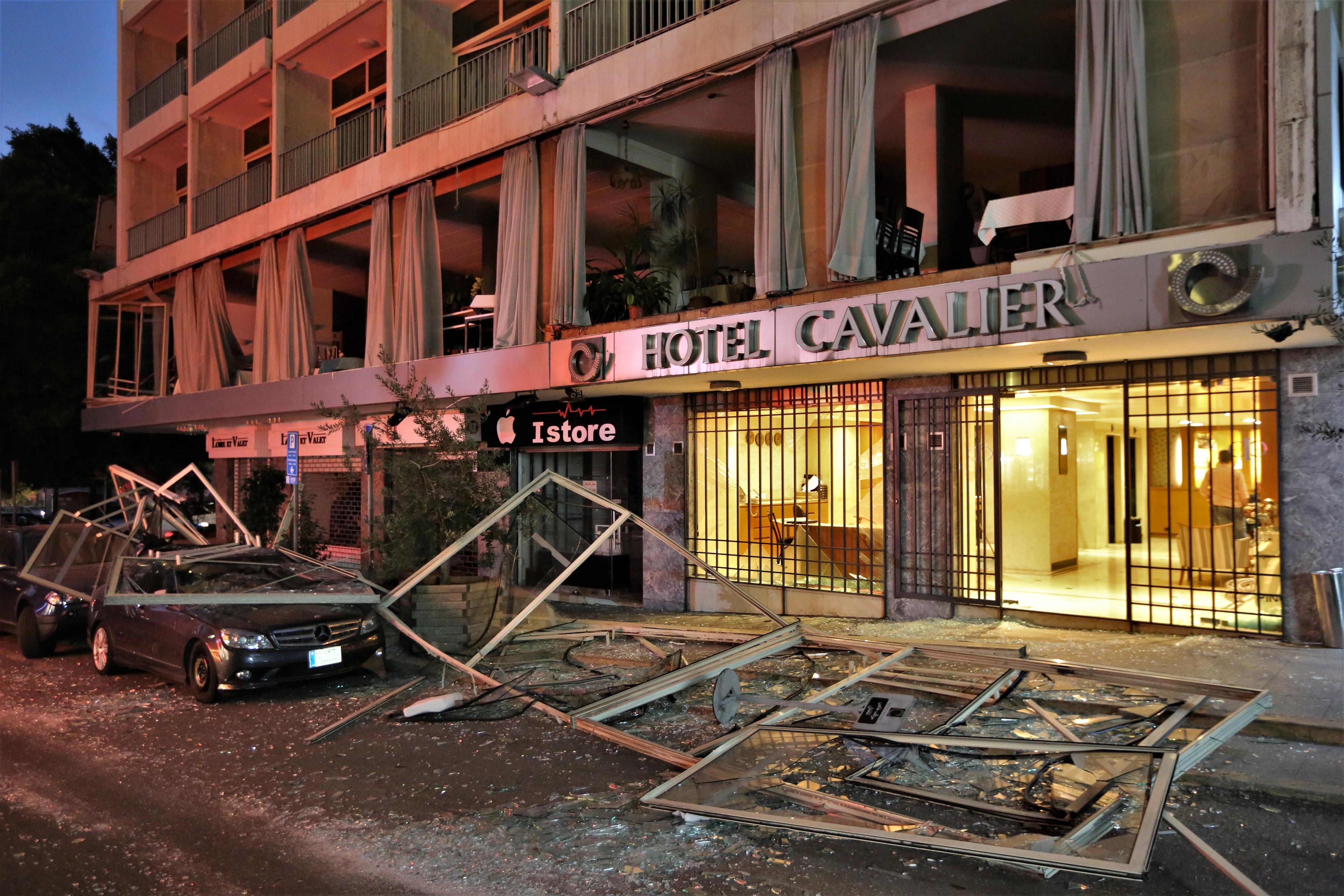 منظر يُظهر فندق كافاليير المتضرر في منطقة الحمرا في بيروت بعد انفجار الميناء.
