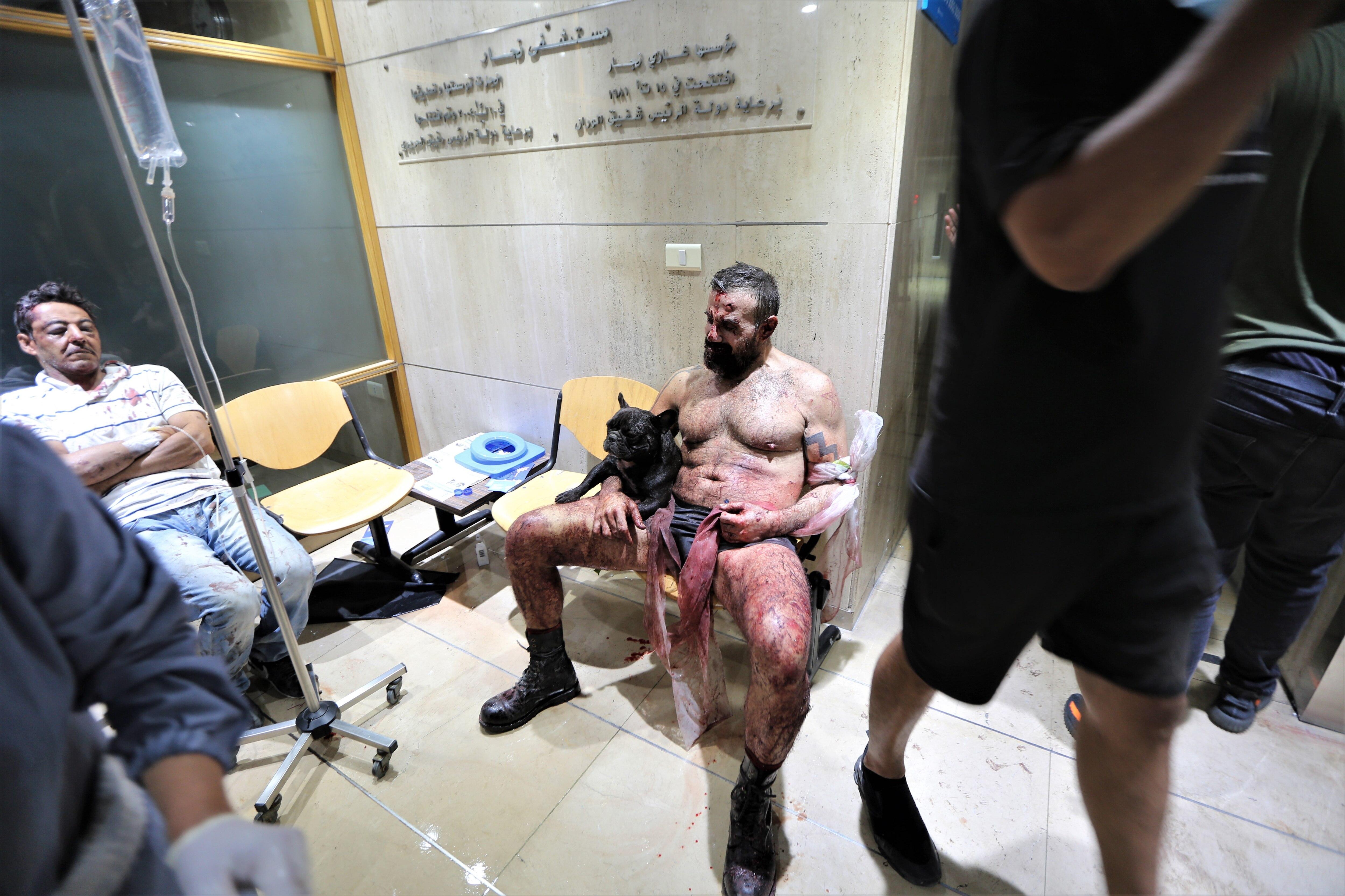الجرحى في انفجار ميناء بيروت يتلقون الإسعافات الأولية في مستشفى النجار في منطقة الحمرا في بيروت ، لبنان.