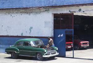 تم إصلاح سيارة أمريكية عتيقة على جانب الطريق في Old Havana ، كوبا (Jane Barlow / PA)