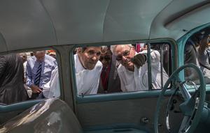 أرشيف - في صورة ملف 14 أغسطس 2015 هذه ، يشير مؤرخ مدينة هافانا أوزيبيو ليل سبينجلر ، إلى اليمين ، إلى وزير الخارجية الأمريكي آنذاك جون كيري وهو ينظر إلى داخل سيارة أميركية كلاسيكية متوقفة في أولد هافانا ، كوبا ( رامون اسبينوزا / ا ف ب)