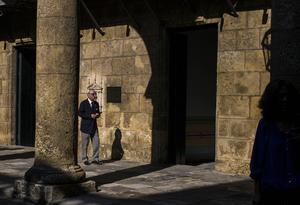 Eusebio Leal Spengler يمشي في فناء متحف المدينة في هافانا (Desmond Boylan / AP)